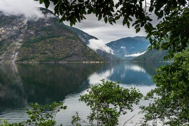 Blick von der nationalen touristenroute aurlandsfjellet zum sognefjord. norwegen