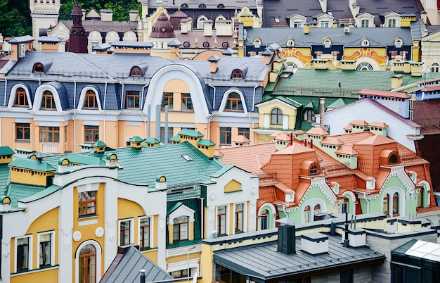 Blick von der spitze der bunten dächer in podil, kiew, ukraine.