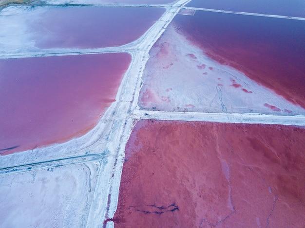 Blick von der spitze des reliefs der sivash-produktion des pink salt lake und des salzes und des heilschlamms.ukraine region cherson
