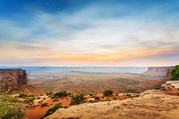 Blick von der spitze des sandsteinberges bei sonnenuntergang