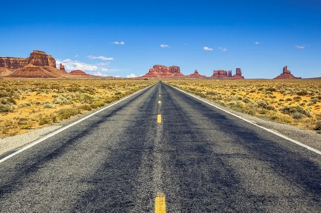 Blick von der us 163 scenic road zum monument valley park in utah