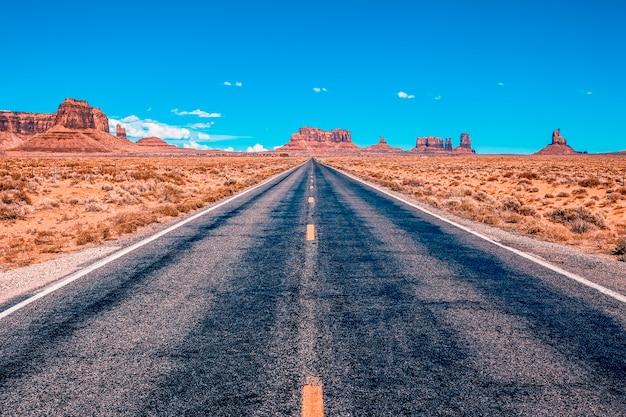 Blick von der us scenic road zum monument valley park in utah