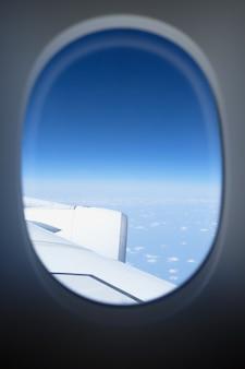Blick von einem flugzeugfenster.