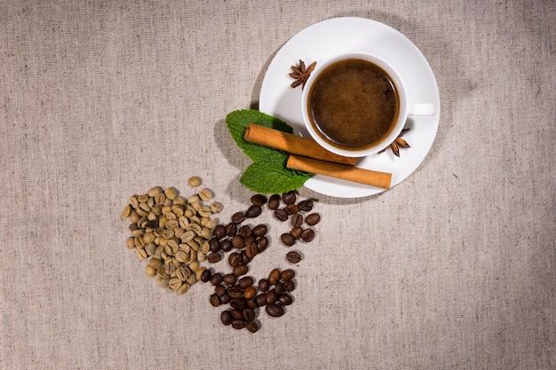Blick von oben auf bohnen mit heißem kaffee im inneren