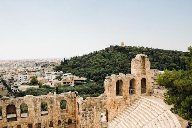 Blick von oben auf das dionysos-theater unterhalb der akropolis in athen