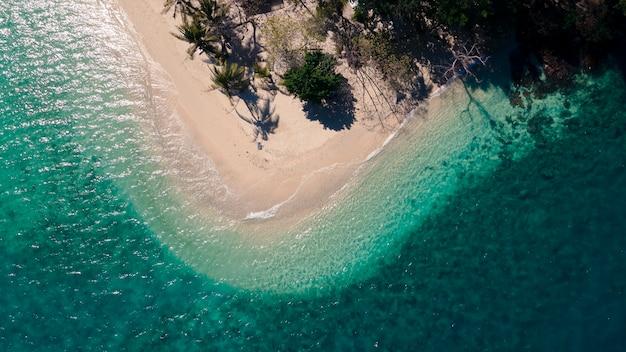 Blick von oben auf das gemischte klare grünblaue meer, das auf der curve beach island, rayang island beach, reiseziel in trat, thailand, winkt?