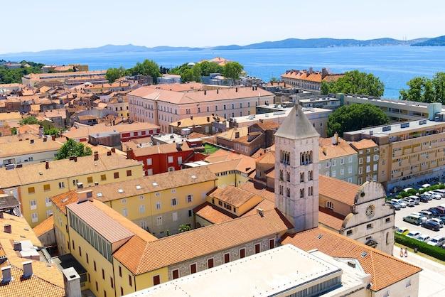 Blick von oben auf das meer und die berge der altstadt von zadar, kroatien