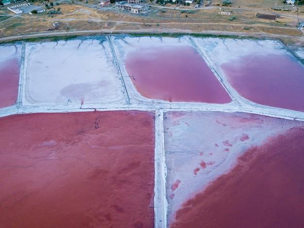 Blick von oben auf das relief der pink salt lake sivash-produktion und salz- und heilmittel