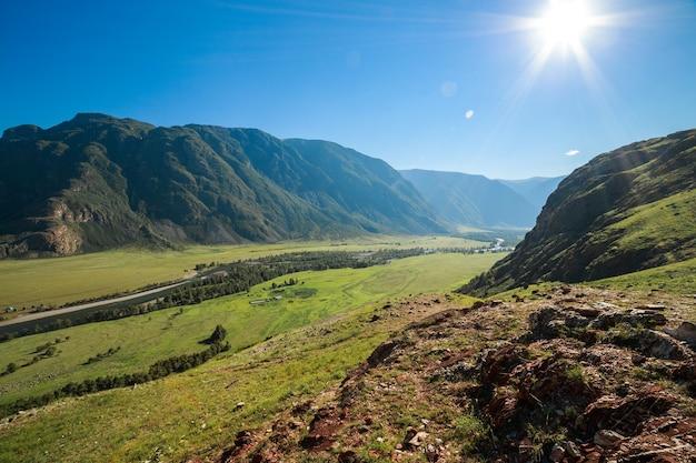 Blick von oben auf den chulyshman-fluss und die talwaldberge und den klaren himmel altai-russland