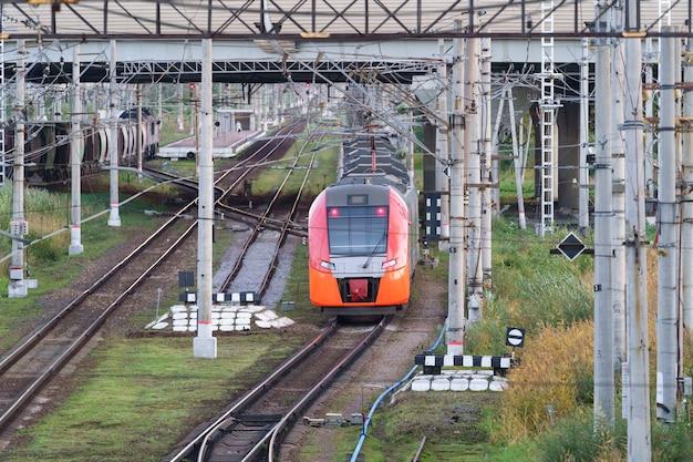 Blick von oben auf den modernen intercity-hochgeschwindigkeitszug unter der brücke für den kommerziellen verkehr