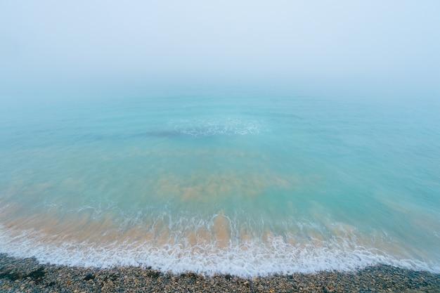 Blick von oben auf den ozean mit schwebenden wellen
