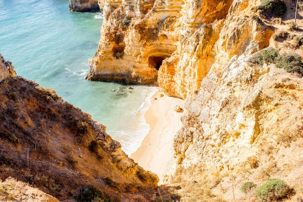 Blick von oben auf den schönen sandstrand an der ponta da piedade in der nähe der stadt lagos in portugal