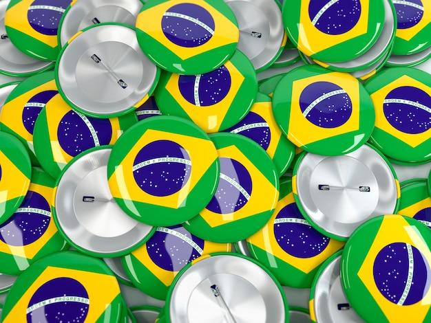 Blick von oben auf den stapel von button-abzeichen mit flagge von brasilien. realistisches 3d-rendering
