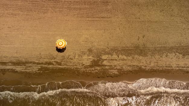 Blick von oben auf den strand mit regenschirm. goldstrand, izmir, türkei. foto in hoher qualität