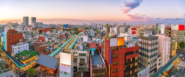Blick von oben auf die gegend von asakusa in tokio japan bei sonnenuntergang