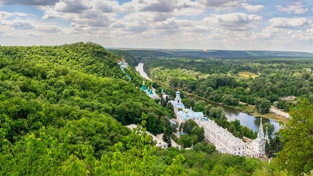 Blick von oben auf die heiligen berge lavra der heiligen mariä himmelfahrt in svyatogorsk oder sviatohirsk, ukraine, an einem sommertag