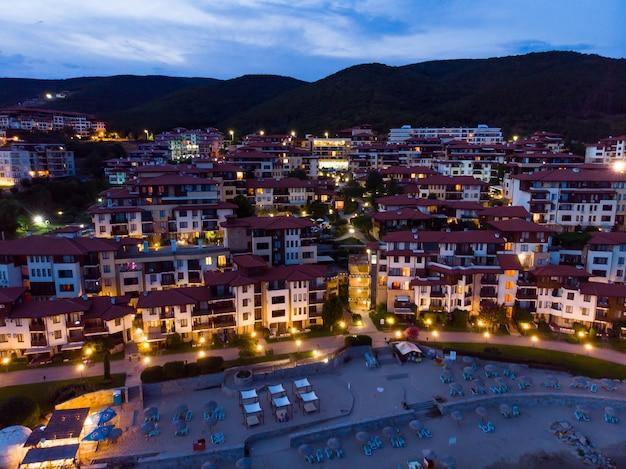 Blick von oben auf die hotels in der nacht sveti vlas in bulgarien