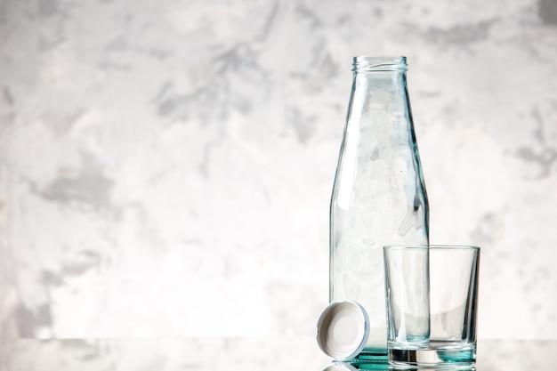 Blick von oben auf die leere flasche und verschließt ein glas auf der linken seite auf der eiswand mit freiem platz