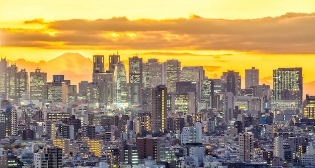 Blick von oben auf die skyline der stadt tokio (shinjuku-gebiet) und den fuji mit wunderschönem sonnenuntergang in japan.
