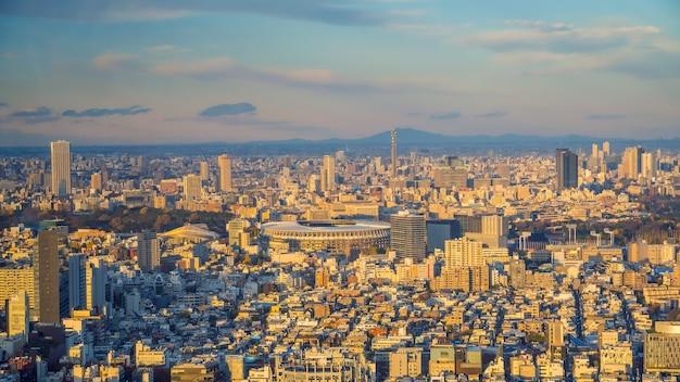 Blick von oben auf die skyline von tokio mit wunderschönem sonnenuntergang in japan.