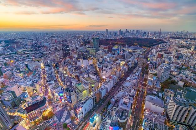 Blick von oben auf die skyline von tokio (shinjuku und shibuya) bei sonnenuntergang in japan.