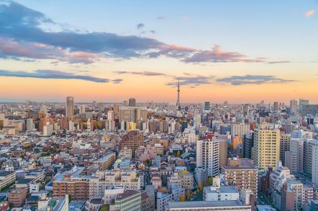 Blick von oben auf die skyline von tokio (shinjuku und shibuya) mit wunderschönem sonnenuntergang in japan.