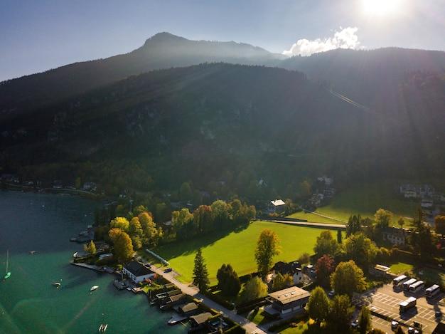 Blick von oben auf die stadt salzkammergut in den österreichischen alpen