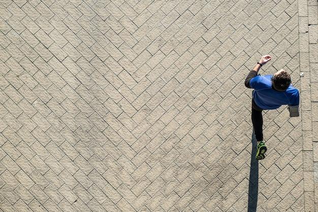 Blick von oben auf einen jungen mann, der über ein stahlwerk läuft