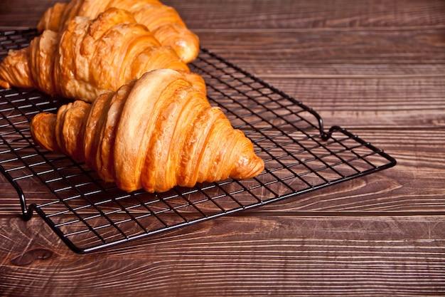 Blick von oben auf frisch gebackene croissants auf dem backrost