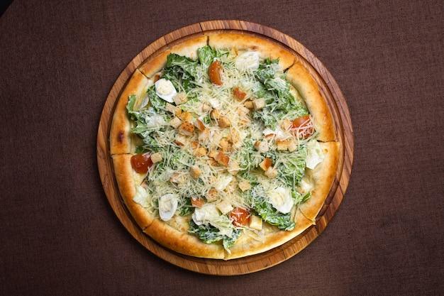 Blick von oben pizza mit ei und grünem vegetarischem salat.