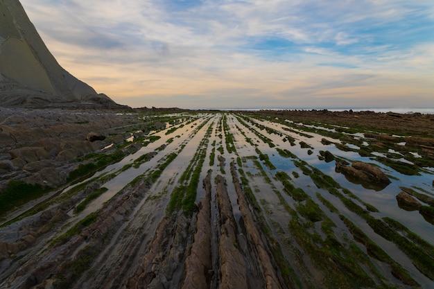 Blick von sakoneta auf den flysch geological park in zumaia