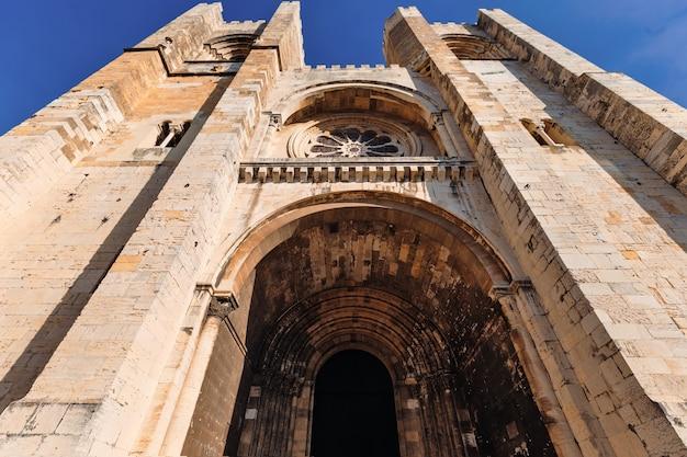 Blick von unten bis zur alten kathedrale mit bögen und türmen
