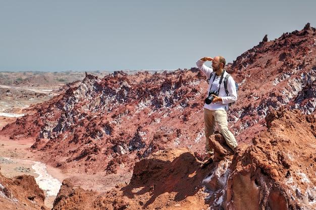 Blick von unten, macht backpacker wandern in salzigen bergen hormuz island, hormozgan, iran.