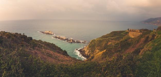 Blick von zarautz und getaria auf die baskische küste.