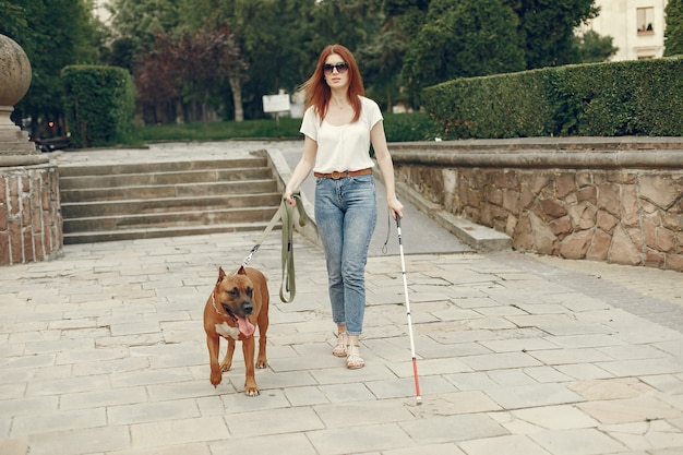 Blindenhund hilft blinden frau im park