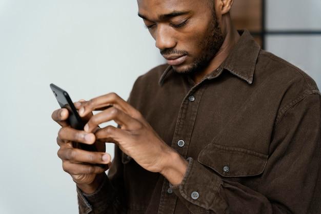 Blinder mann mit smartphone nahaufnahme