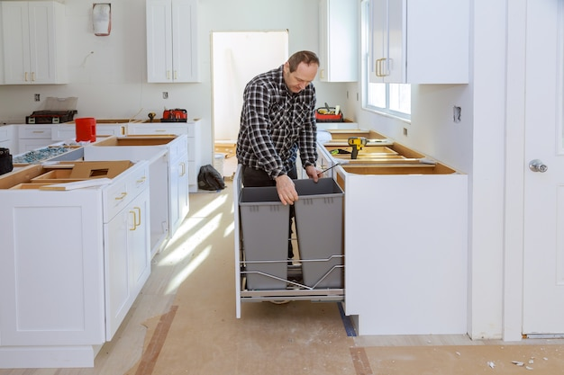 Blindschrank und schubladen mülleimer thekenschränke in der küche von weißer farbe installiert