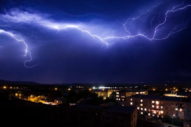 Blitz am himmel in der stadt wetter anomalie katastrophe