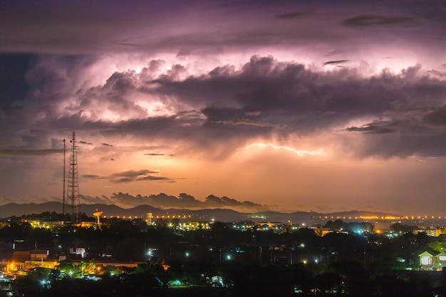 Blitz am himmel ist mit grauen wolken in der regenzeit bedeckt