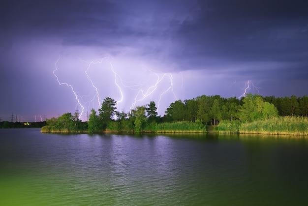 Blitz auf dem fluss