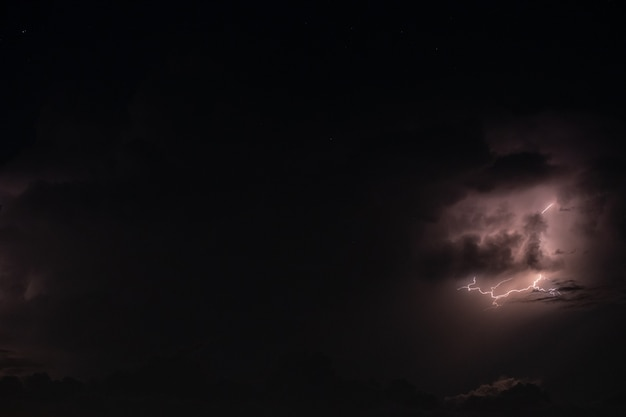 Blitz im regensturm in der nacht