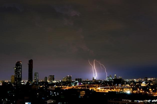 Blitz in der dunklen nacht.