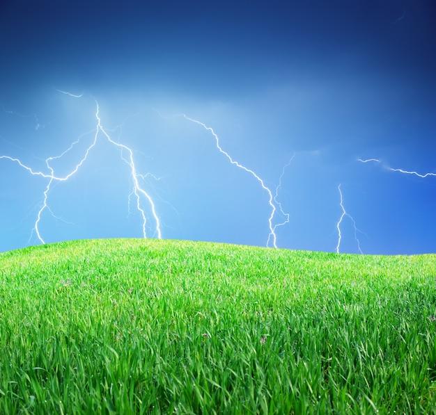 Blitz und grüne wiese