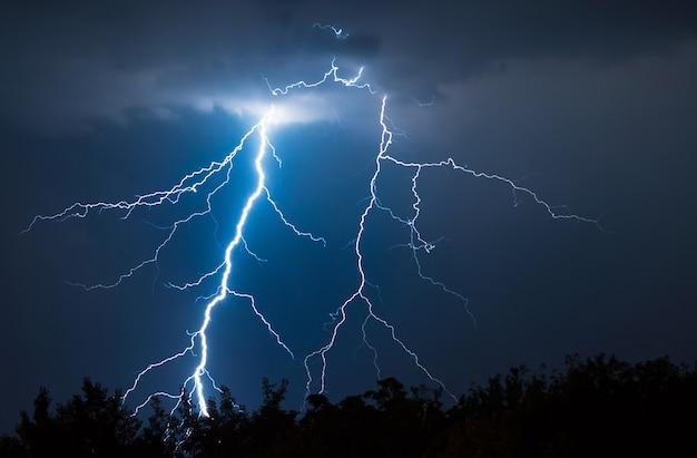 Blitze und donnerschläge treffen im sommersturm