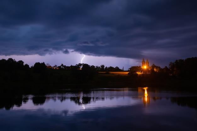 Blitzeinschlag während eines gewitters in weißrussland