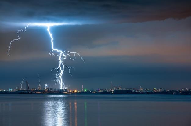 Blitzschlag in einem sturm über der stadt