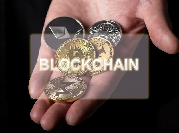 Blockchain-inschrift über foto mit bitcoin und anderen kryptowährungsmünzen.
