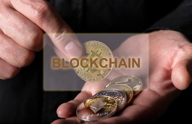 Blockchain-wort über foto mit bitcoin und anderen kryptowährungsmünzen