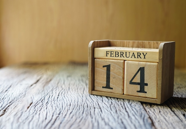 Blockdatum 14. februar auf holztisch, valentinstag liebeskonzept