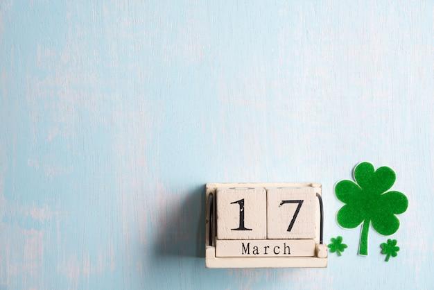 Blockkalender für st patrick's day, 17. märz, mit grünem kleeblatt